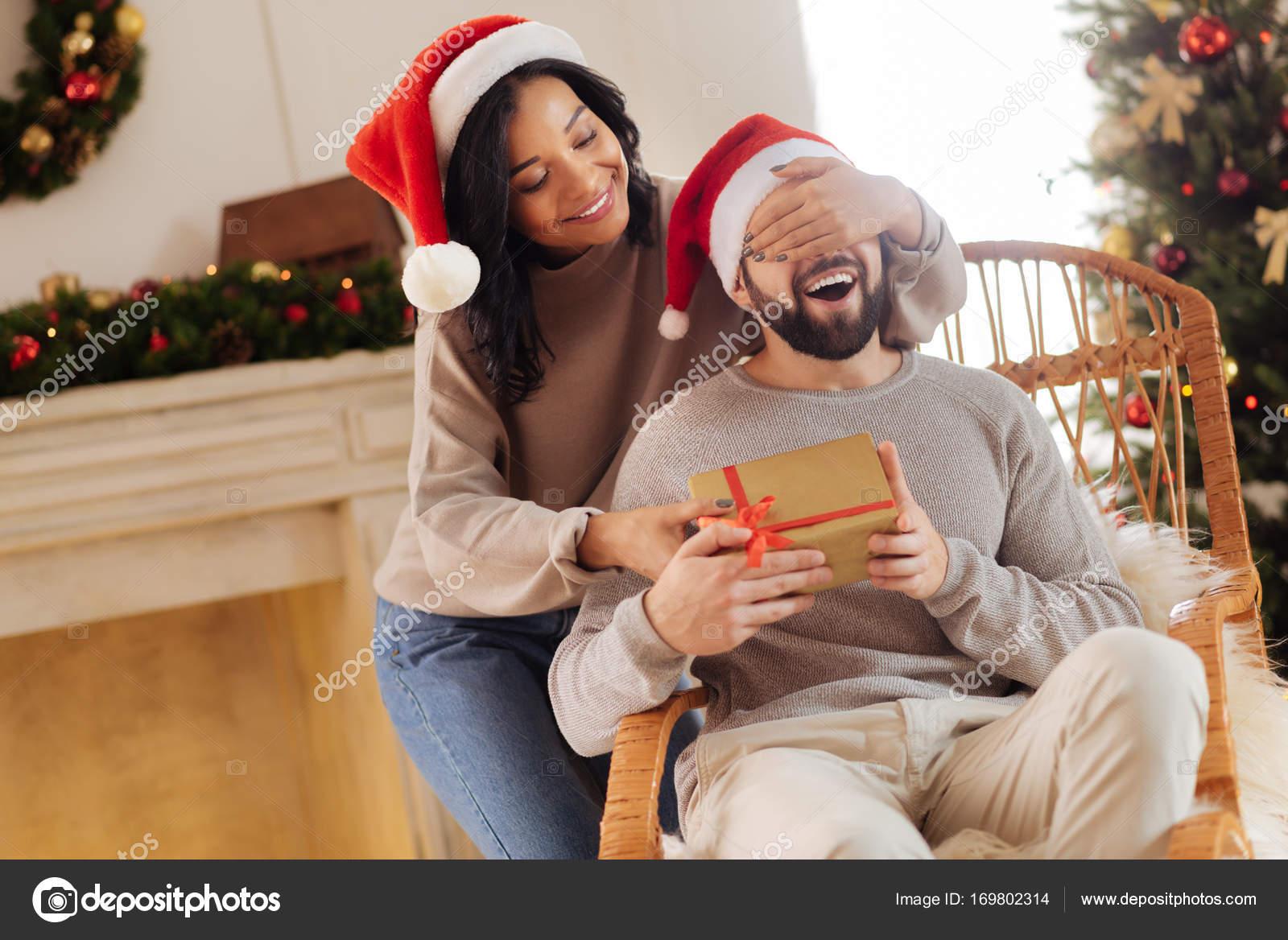 Liebevolle Frau, was ihr Mann Weihnachtsgeschenk — Stockfoto ...