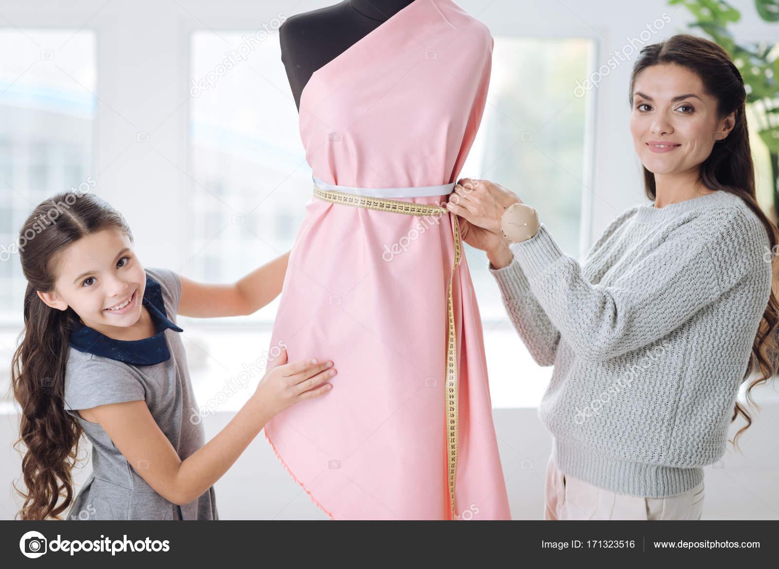 Mich sehr kluge Frau eine Kleid entwerfen — Stockfoto © Dmyrto_Z ...