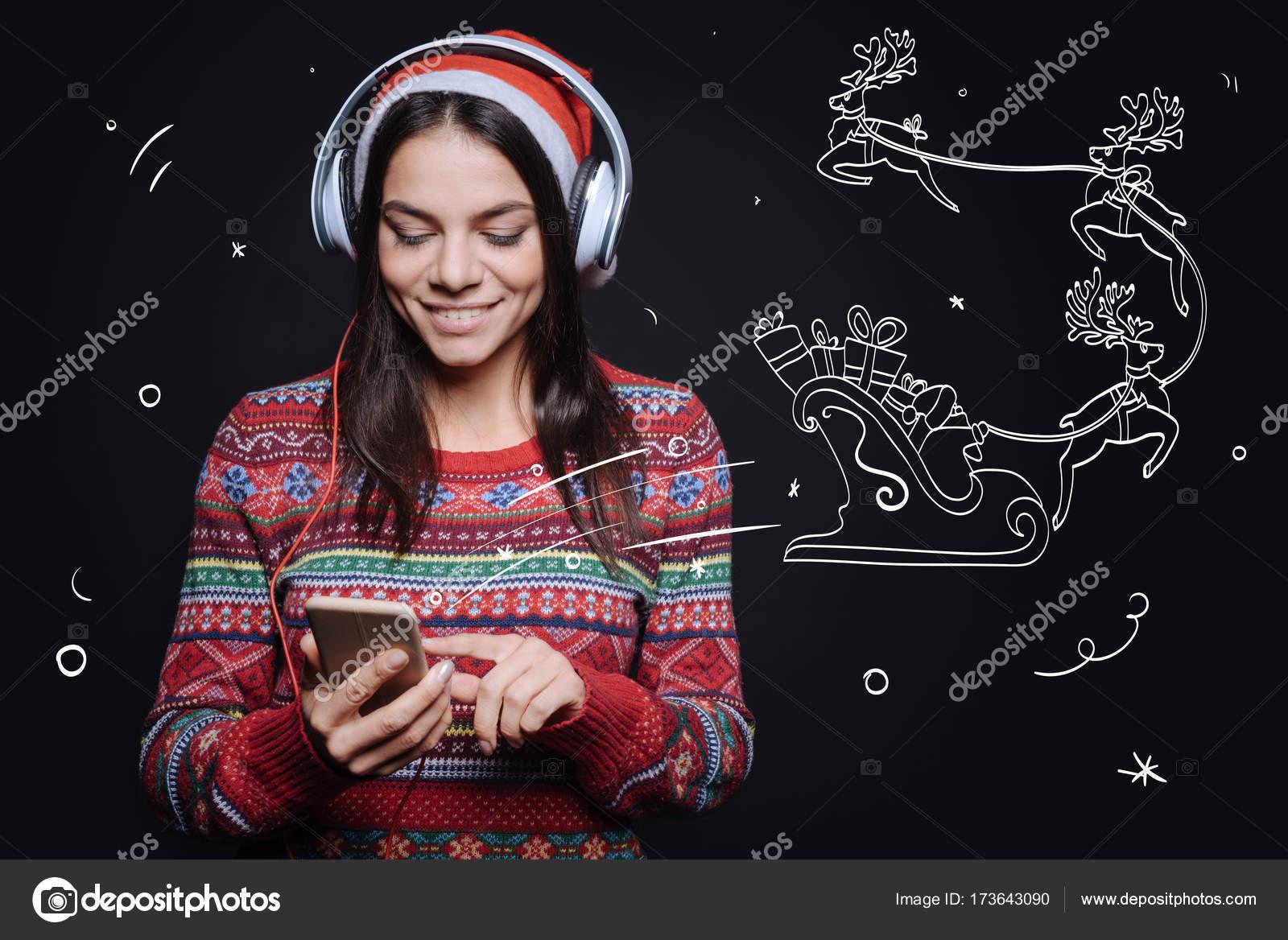 Escuchar Cancion Feliz Navidad.Participan Mujer Agradable Escuchando Las Canciones De