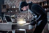 Geschickten Einbrecher, die auf der Suche nach Dokumenten