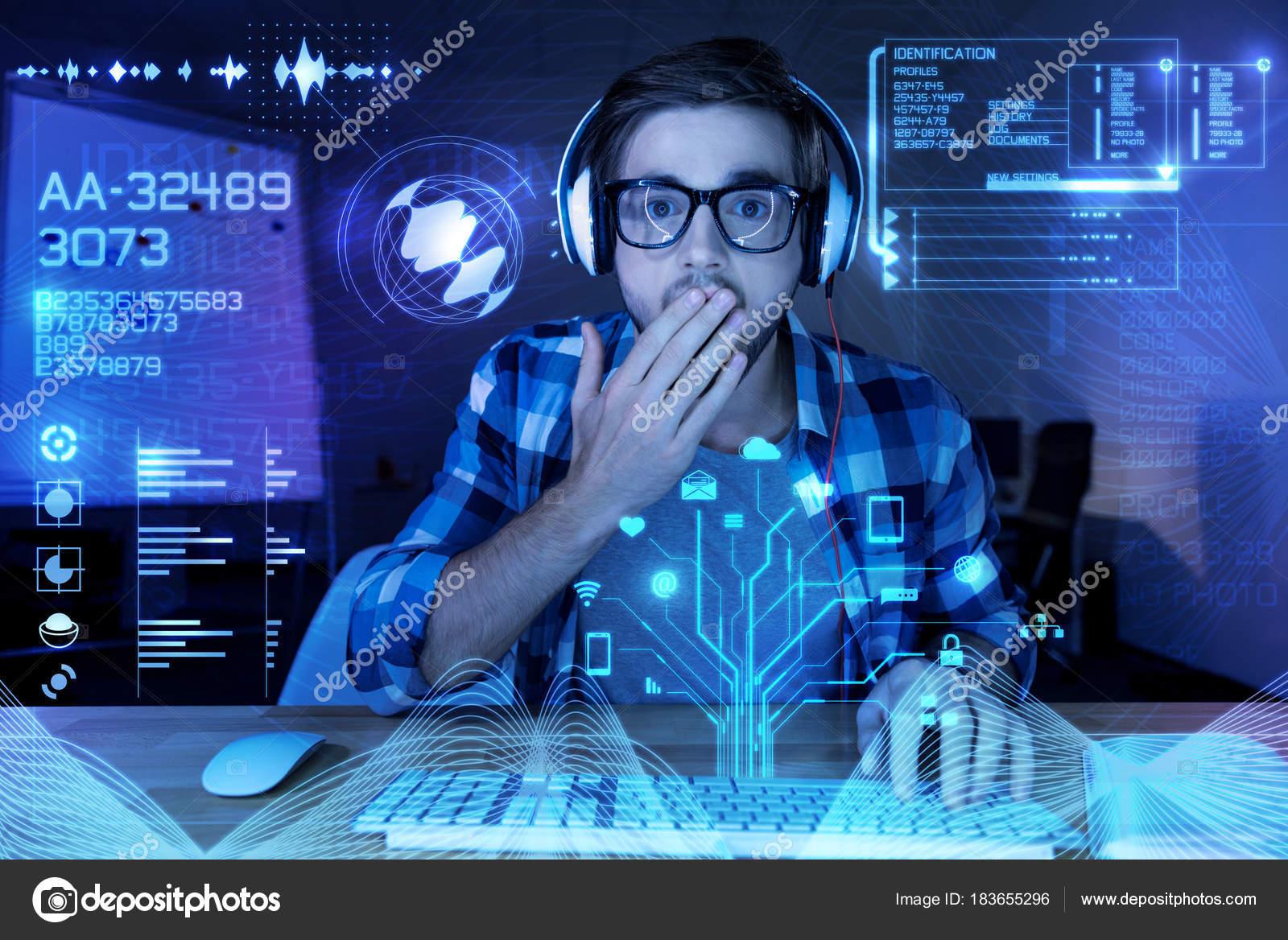 Überrascht junge Programmierer Blick auf dem Bildschirm und ...