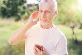 Porträt des aufmerksamen Menschen Musik hören