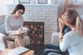Mladí psychoterapeut s pacienty ve své kanceláři