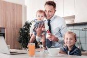 Fotografie Zufrieden junger Vater Zeit mit Kindern verbringen