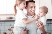 Fotografie Zufrieden männliche Person mit seinen Kindern spielen