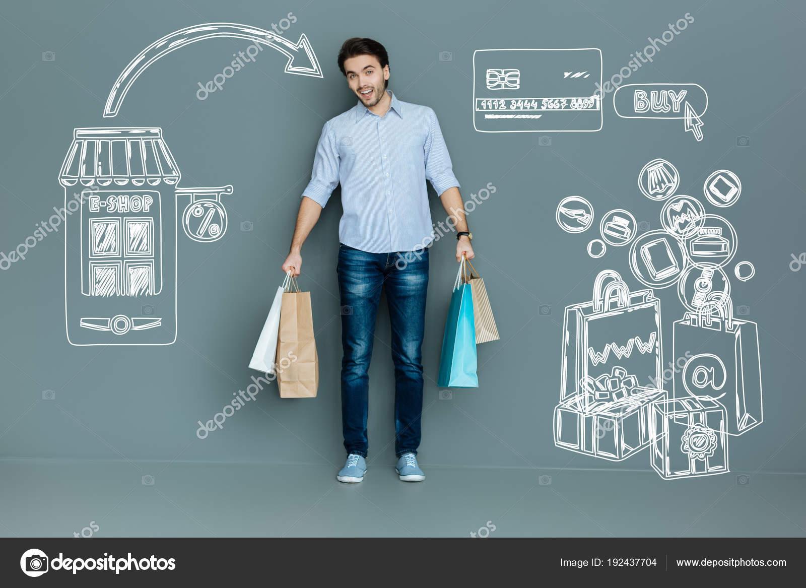 Online nakupování. Veselý mladý muž pocit zapůsobila rychlé dodání šatů po nákupu  online — Fotografie od Dmyrto Z 1945abc983