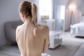 nette junge Frau zeigt ihren Rücken