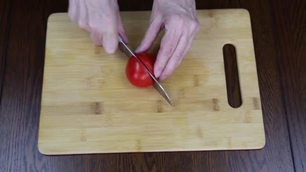 Příprava řeckého salátu ručně z rajčat okurky cibule sladká solené sýrové olivy. Jídlo a pití