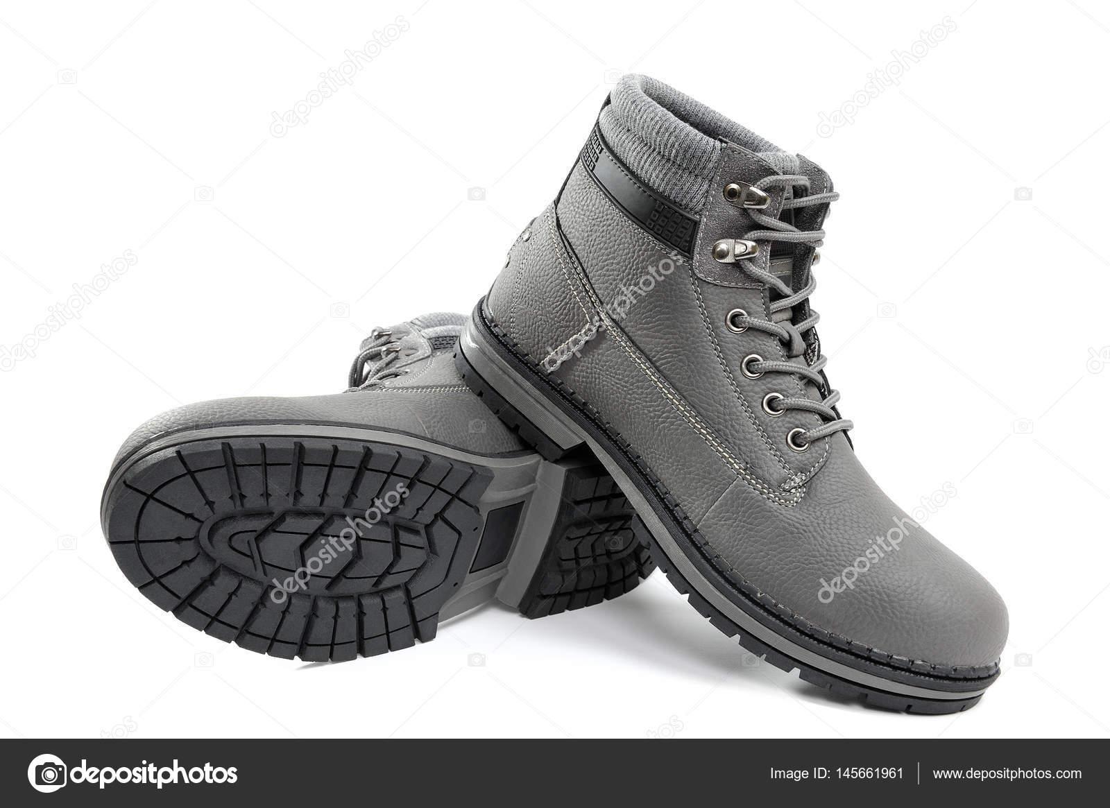 58bbf5a2f Closeup de sapatos bonitos e confortáveis de inverno masculinos de isolado  no fundo branco — Foto de francescomoufotografo