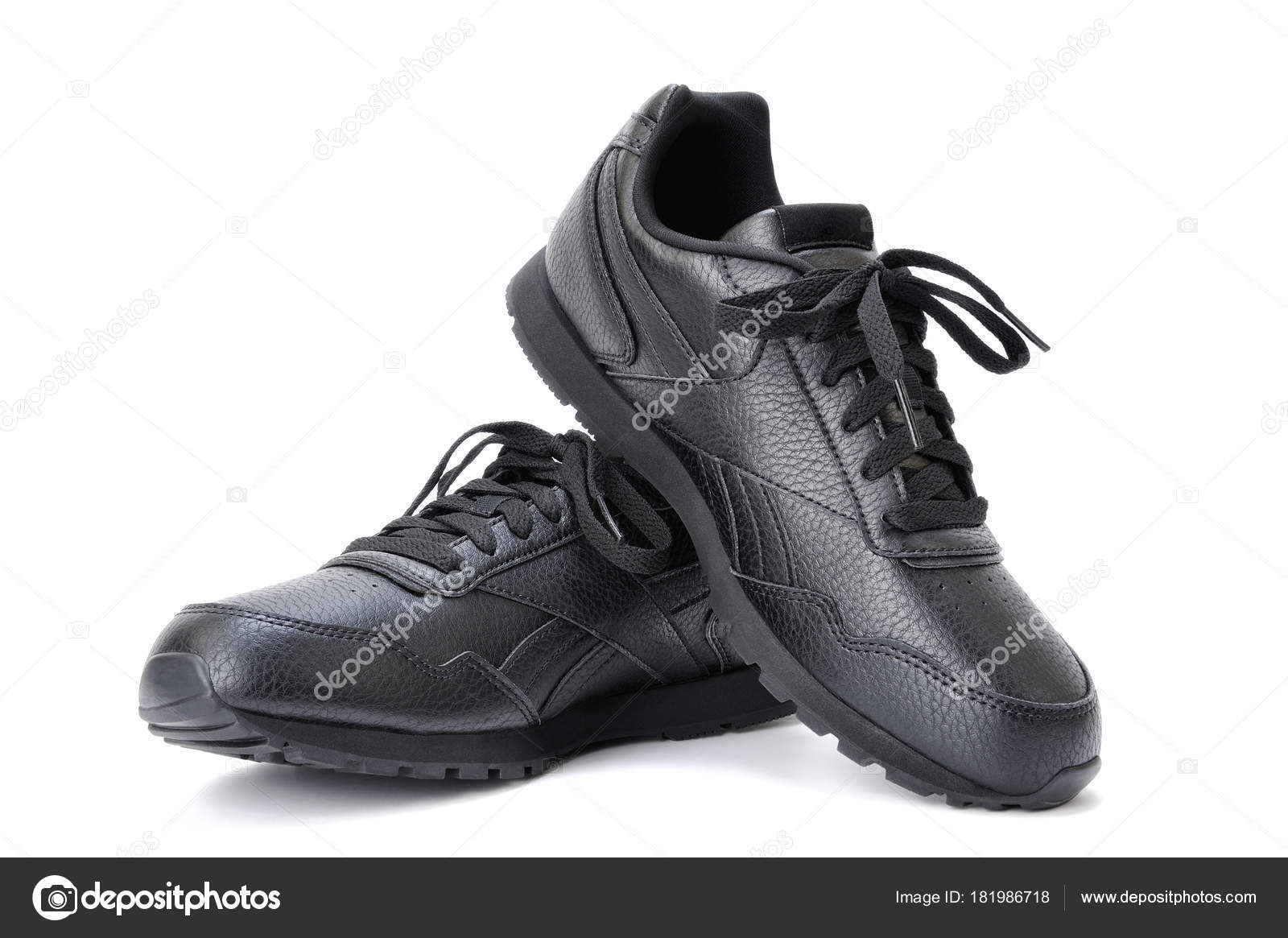 599002dec40 Μαύρο Γυναικείο αθλητικό παπούτσι σε λευκό φόντο — Φωτογραφία Αρχείου ·  Γκρο πλαν του ένα ζευγάρι μαύρα αθλητικά παπούτσια για τις γυναίκες, ...