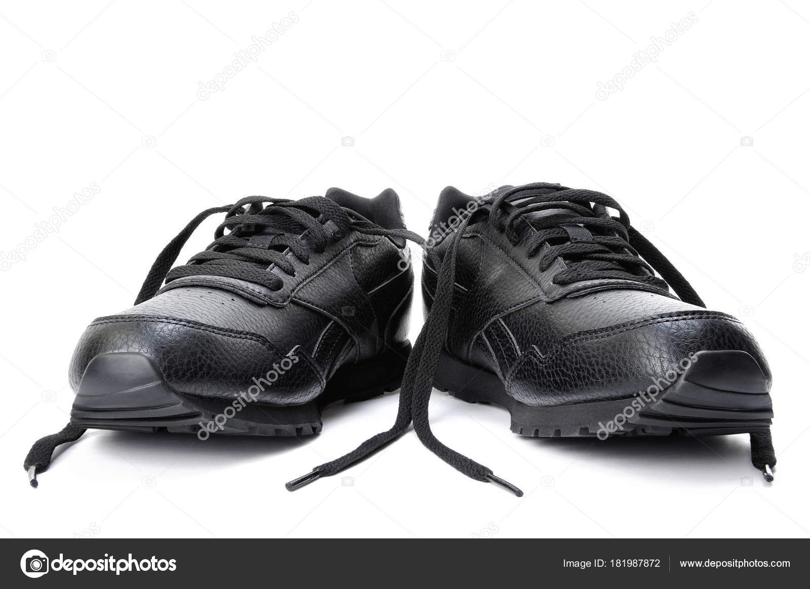 db28c940a68 Γκρο πλαν του ένα ζευγάρι μαύρα αθλητικά παπούτσια για τις γυναίκες, που  απομονώνονται σε λευκό φόντο — Εικόνα από francescomoufotografo| ...