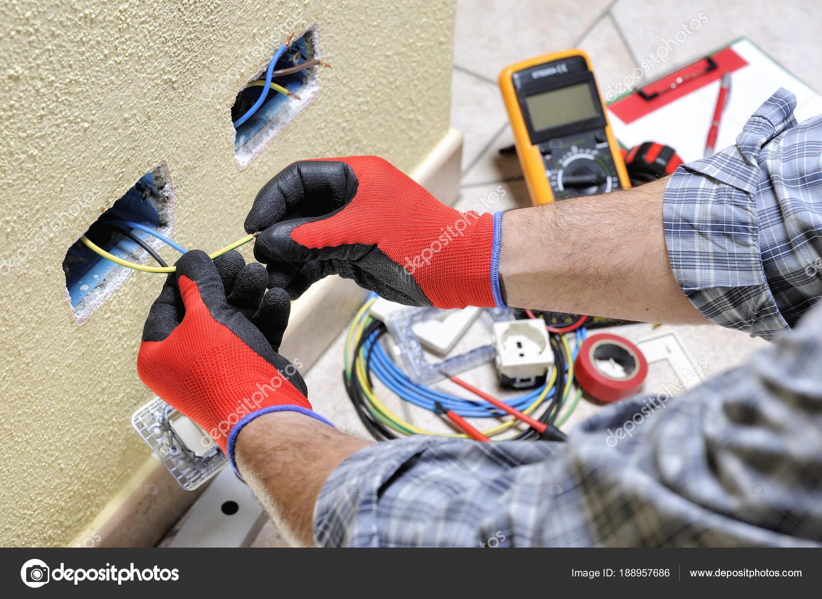 Banco Da Lavoro Per Elettricisti : Tecnico elettricista sul lavoro con dispositivi di sicurezza su un