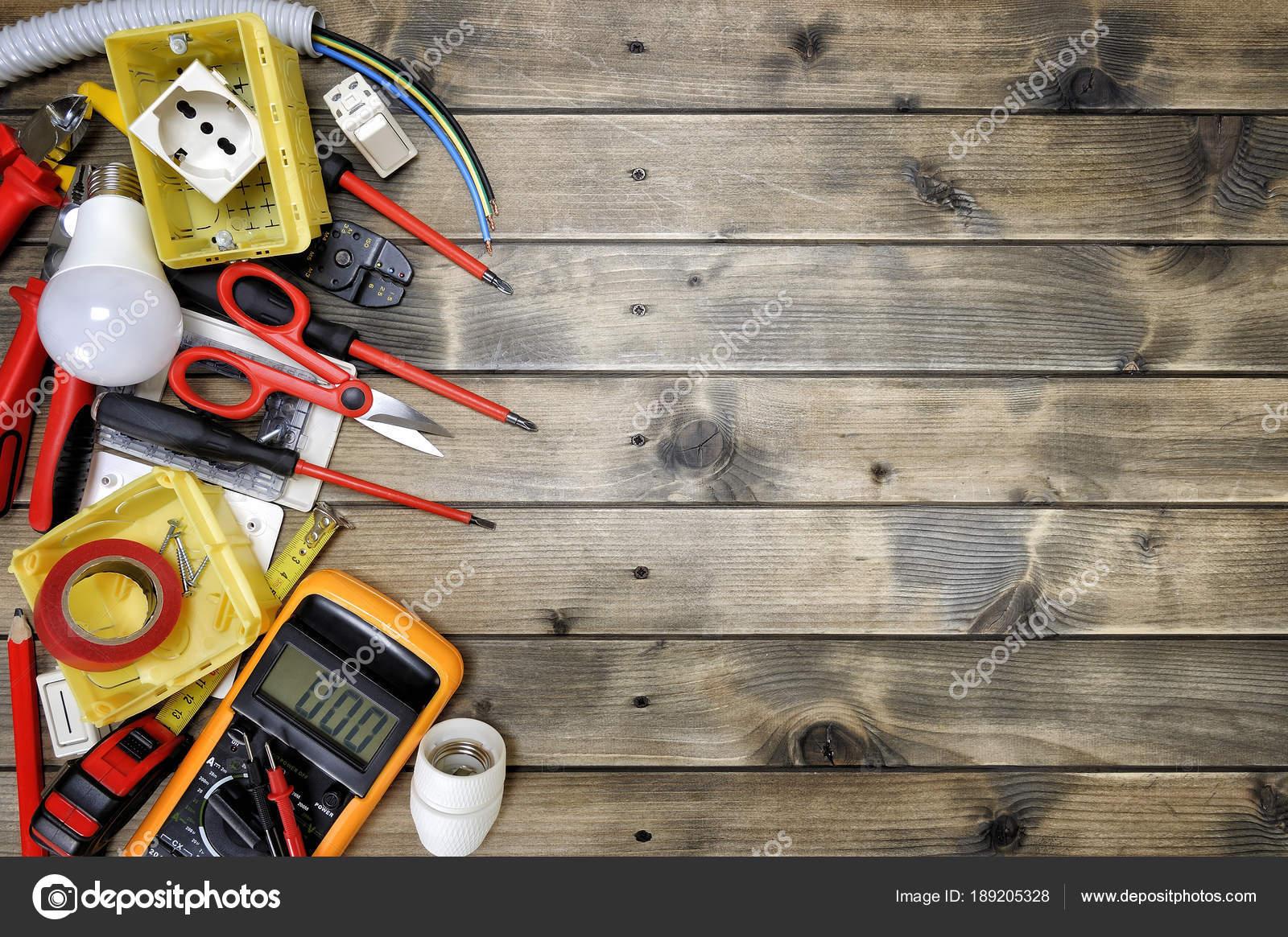 Vista superiore di utensili per la lavorazione e componenti dell ...
