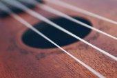 Fotografie Dřevěné malé Ukulele kytara řetězce zblízka