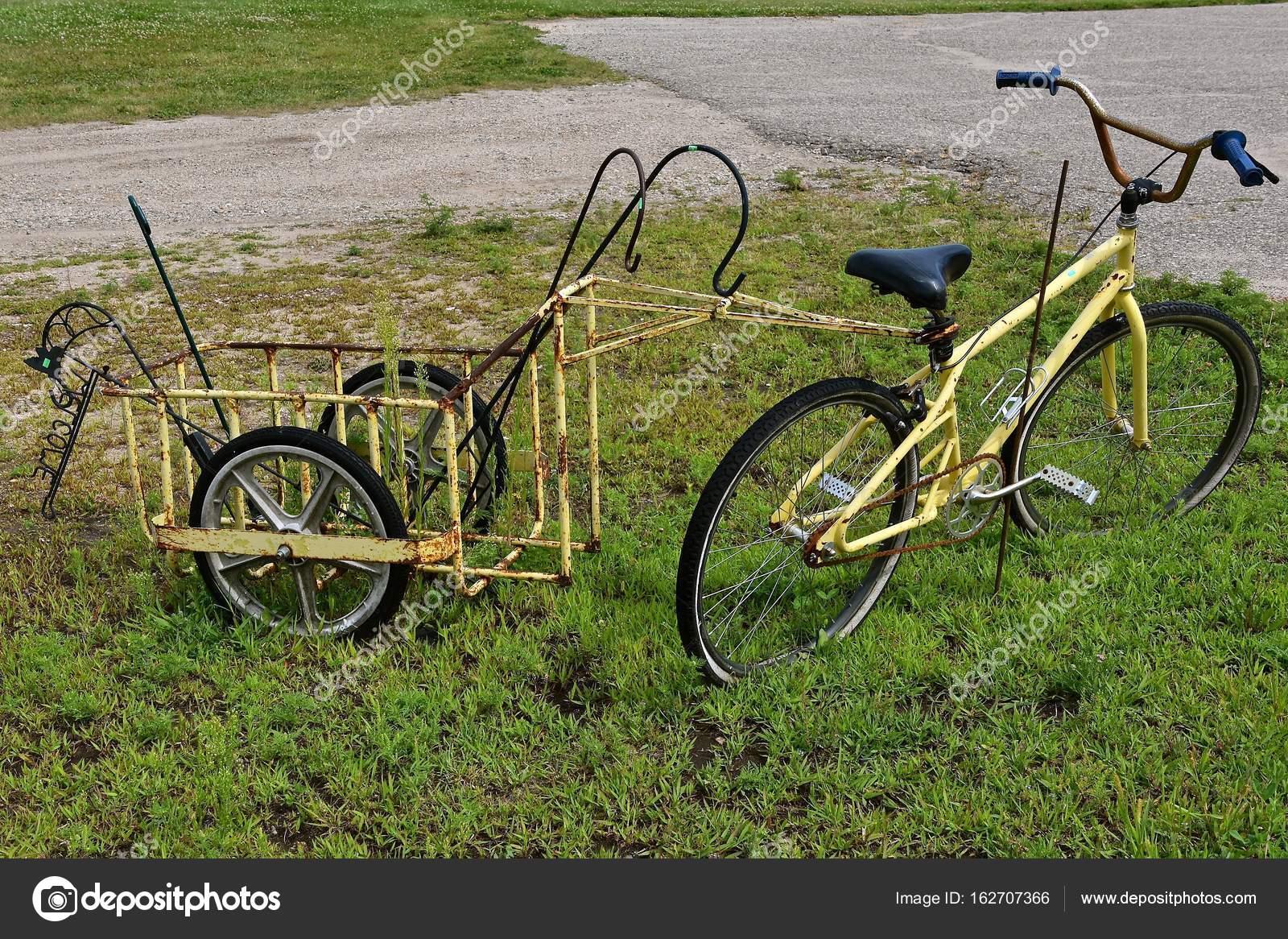 altes fahrrad mit einem angeh ngten anh nger stockfoto. Black Bedroom Furniture Sets. Home Design Ideas