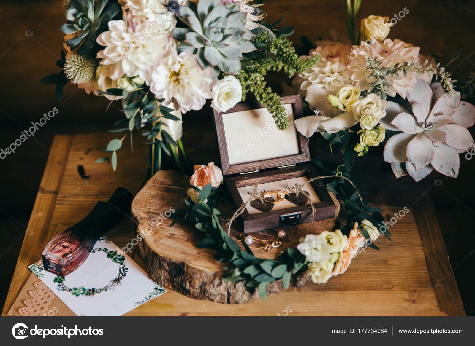 Case Stile Countryfoto : Chiuda della composizione matrimonio con mazzo anelli stile