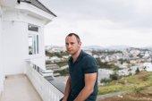 Fotografie Porträt von stilvollen Mann auf Balkon im Sommertag