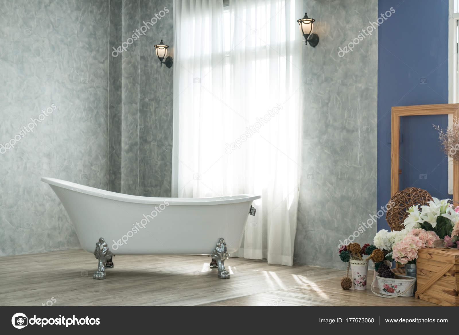 https://st3.depositphotos.com/3263921/17767/i/1600/depositphotos_177673068-stockafbeelding-luxe-natuurlijke-klassieke-badkamer-met.jpg