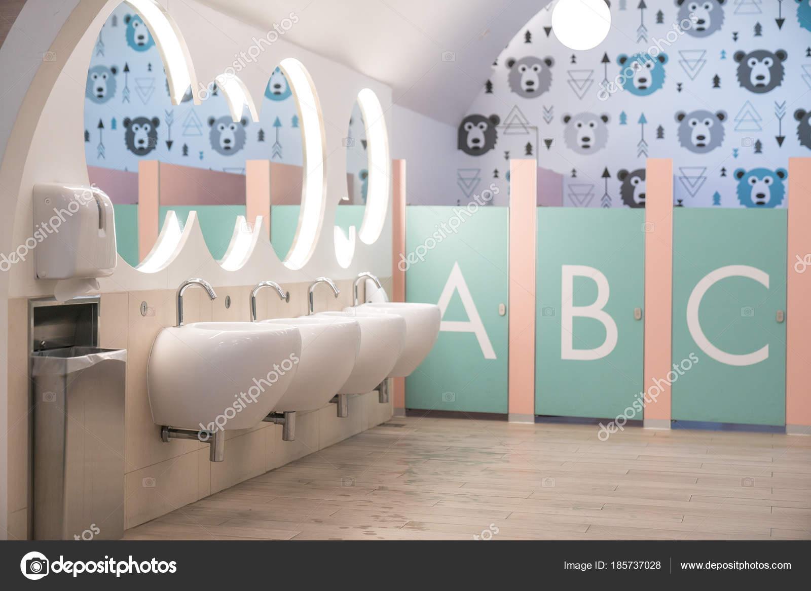 Cuarto de baño para niños — Fotos de Stock © ByLove #185737028