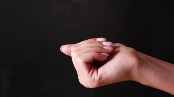 Nahaufnahme einer Hand mit Farbtabletten auf dem Hintergrund