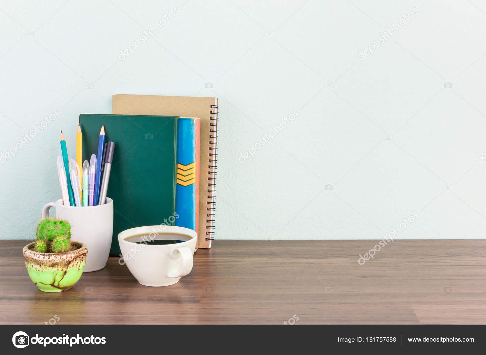 Maquette de bureau au travail pour lhomme daffaires ou étudiant