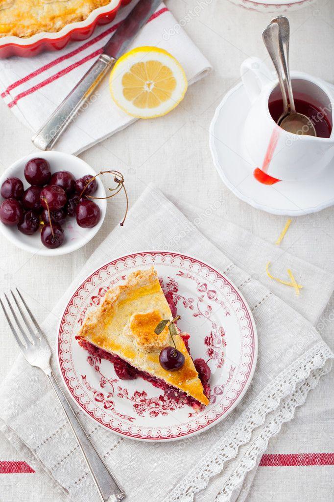 Rebanada de pastel de cerezas con helado de — Fotos de Stock © anna ...