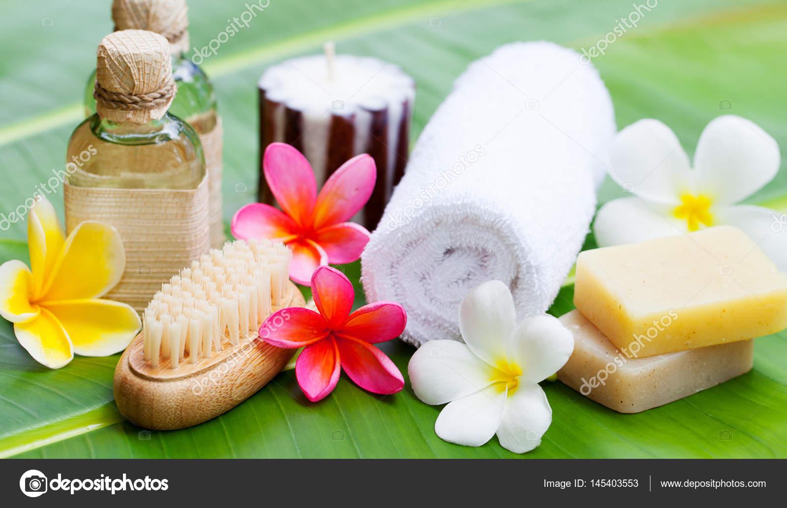 Spa wellness blumen  Spa, Wellness, die Einstellung mit Blumen auf einem Palmblatt ...