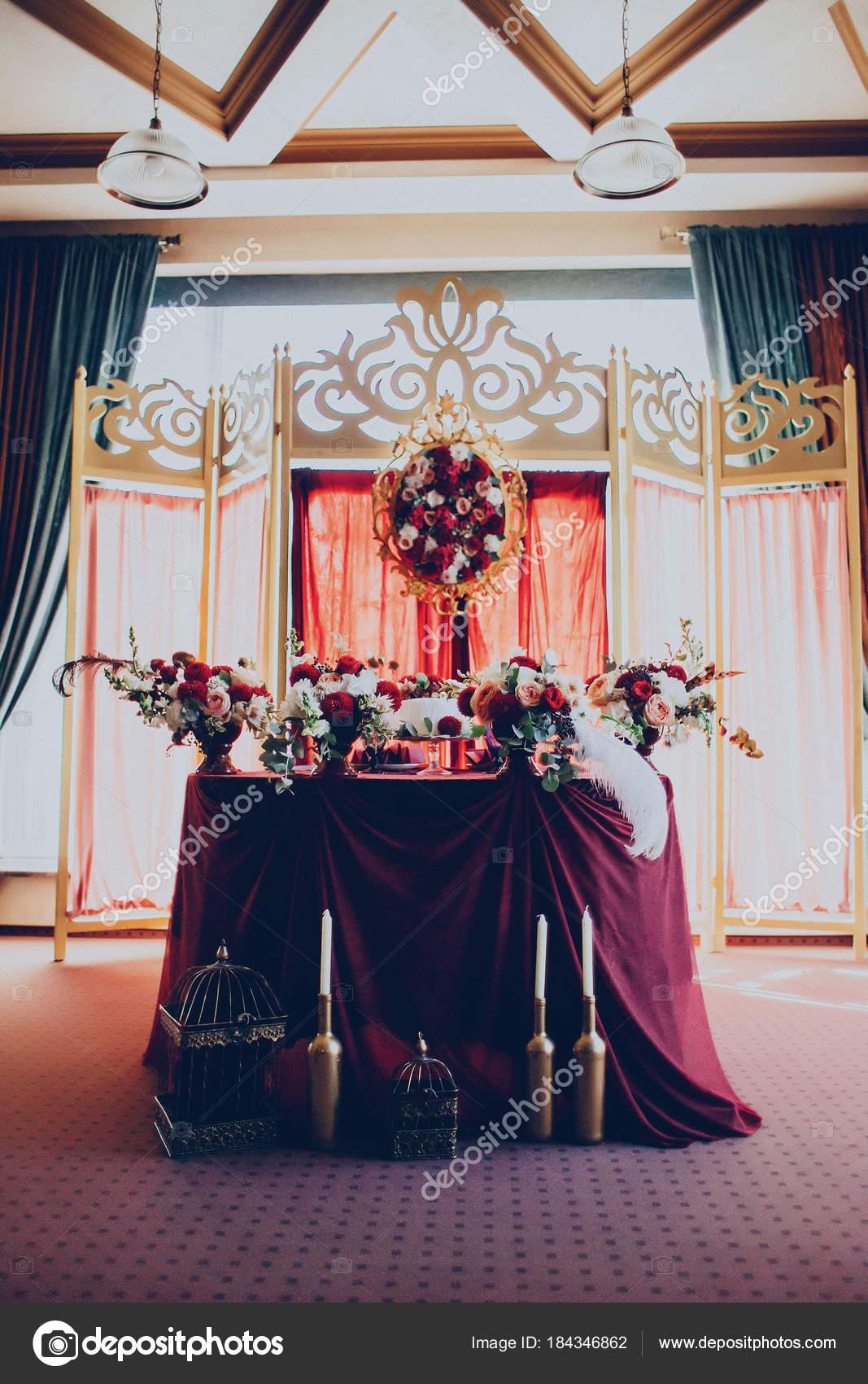 Vyzdoba Svatebni Restaurace V Kastanove Barve S Kvetinami Stock