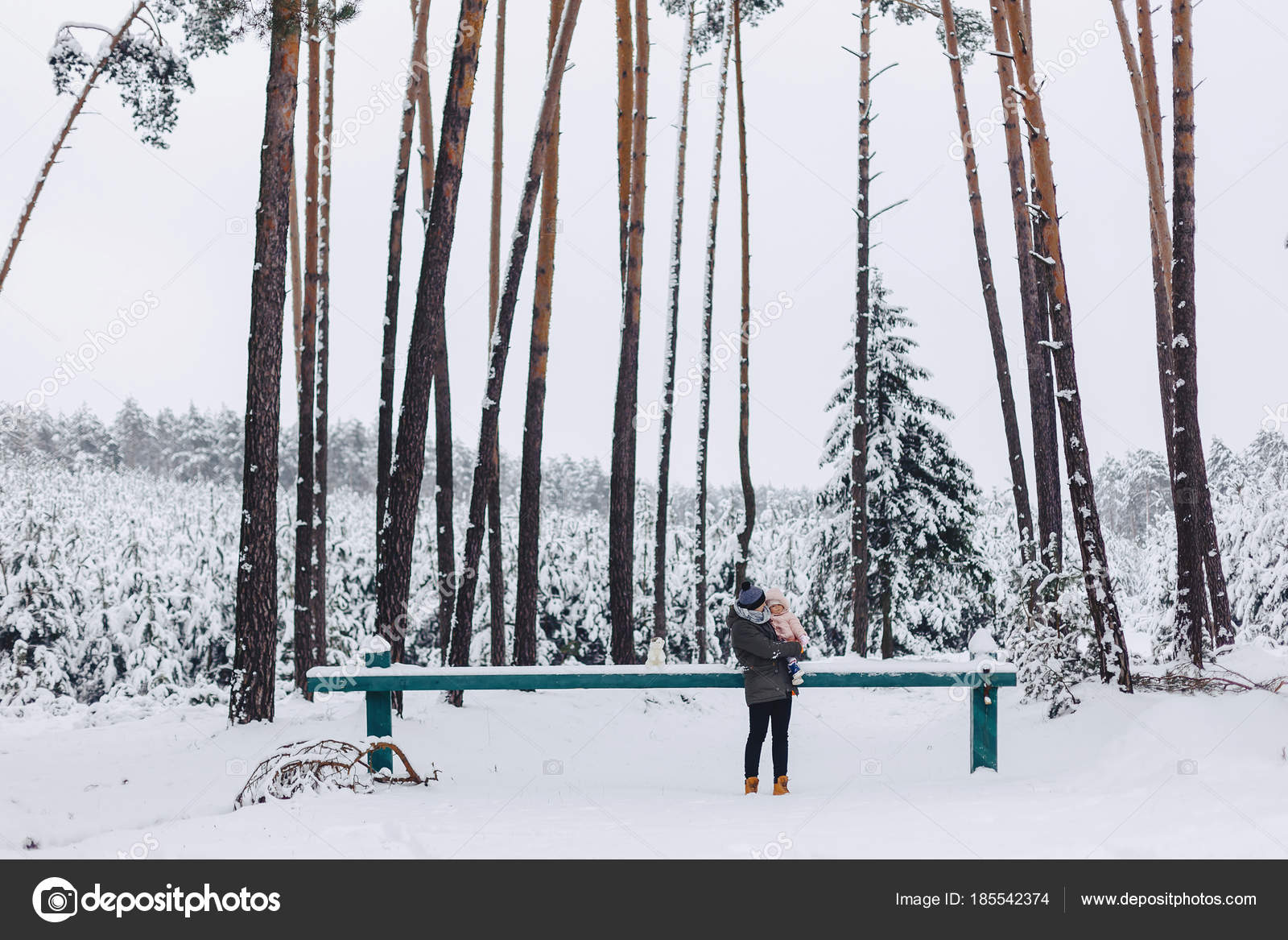 Tatuaje Y Su Hija Caminando Con Bosque De Pinos Nevado Fotos De