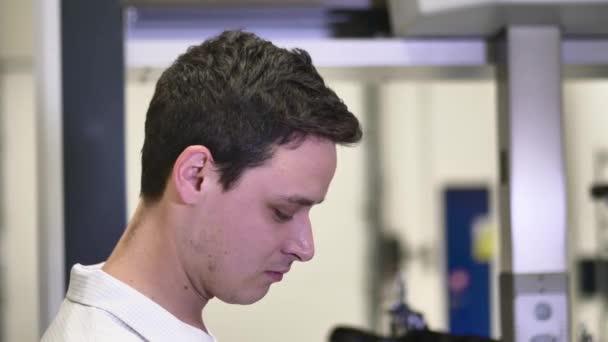 Porträt eines lächelnden professionellen Qualitätsingenieurs, der moderne 3D-Messmaschinen steuert, automatische CNC-Messung
