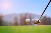 Golfball auf hölzernem Abschlag liegend, bereit, den Ball zum Ziel zu schlagen