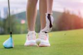 Golfspielerin bereitet Pin-Golfball auf das Grün vor, konzentriert und bereit, den Ball zum Zielort weit weg zu schlagen, um in Punktzahl zu gewinnen