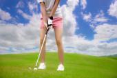 Golfball, der von einer Golfspielerin vom unebenen Fairway zum Zielgewinn auf dem Grün geschlagen oder gechipt wird, Zielkonzentrat für den Sieger die Punktzahl