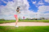 Golfspielerin konzentriert sich darauf, den Golfball über die Anhängerkupplung oder das Hindernis aus Sand zu schlagen, das Problem vor sich zu überqueren oder zu lösen, das Ziel auf Grün zu erreichen, um bei der Punktzahl zu gewinnen