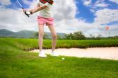 Fotografie Golferinnen konzentrieren sich darauf, den Golfball quer über die Anhängerkupplung oder das Hindernis aus Sand zu schlagen, das Problem vor sich zu überqueren oder zu lösen, das Ziel auf Grün zu erreichen, um in der Wertung zu gewinnen Ratte