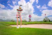 Fotografie Golfspielerin konzentriert sich darauf, den Golfball über die Anhängerkupplung oder das Hindernis aus Sand zu schlagen, das Problem vor sich zu überqueren oder zu lösen, das Ziel auf Grün zu erreichen, um bei der Punktzahl zu gewinnen