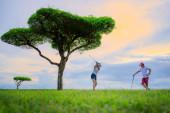 Paar Liebhaber Golfspieler genießen zusammen spielen schlagen Golfball in der Fairway in Safari Green Golf Club