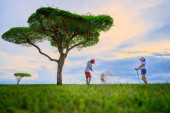 Fotografie Paar Liebhaber Golfspieler genießen zusammen spielen schlagen Golfball in der Fairway in Safari Green Golf Club