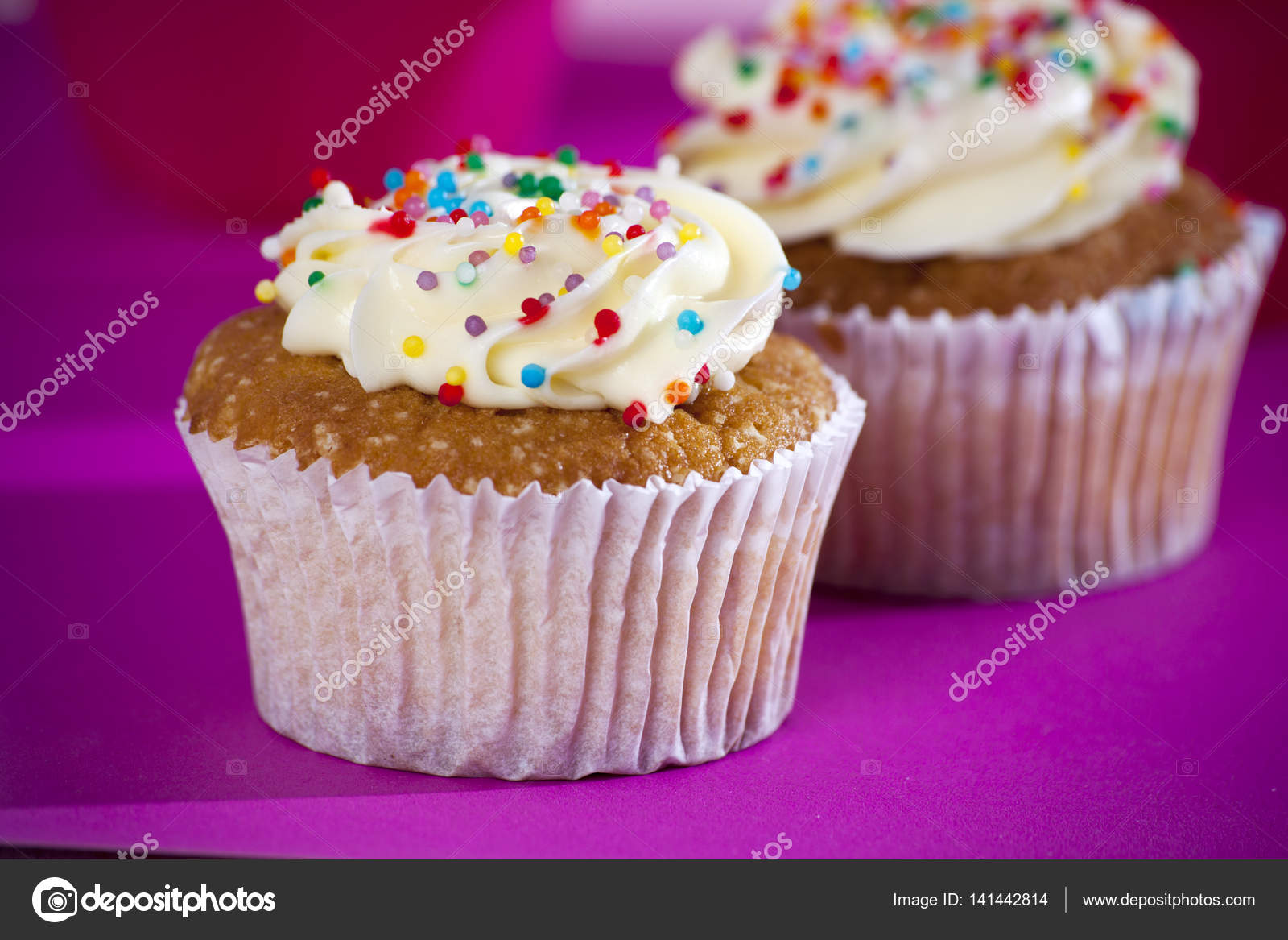 Cupcakes with white cream on the pink background, — Stock Photo ...