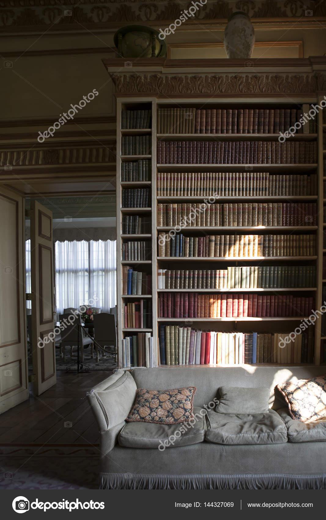 https://st3.depositphotos.com/3268323/14432/i/1600/depositphotos_144327069-stockafbeelding-typische-interieur-van-engels-kasteel.jpg