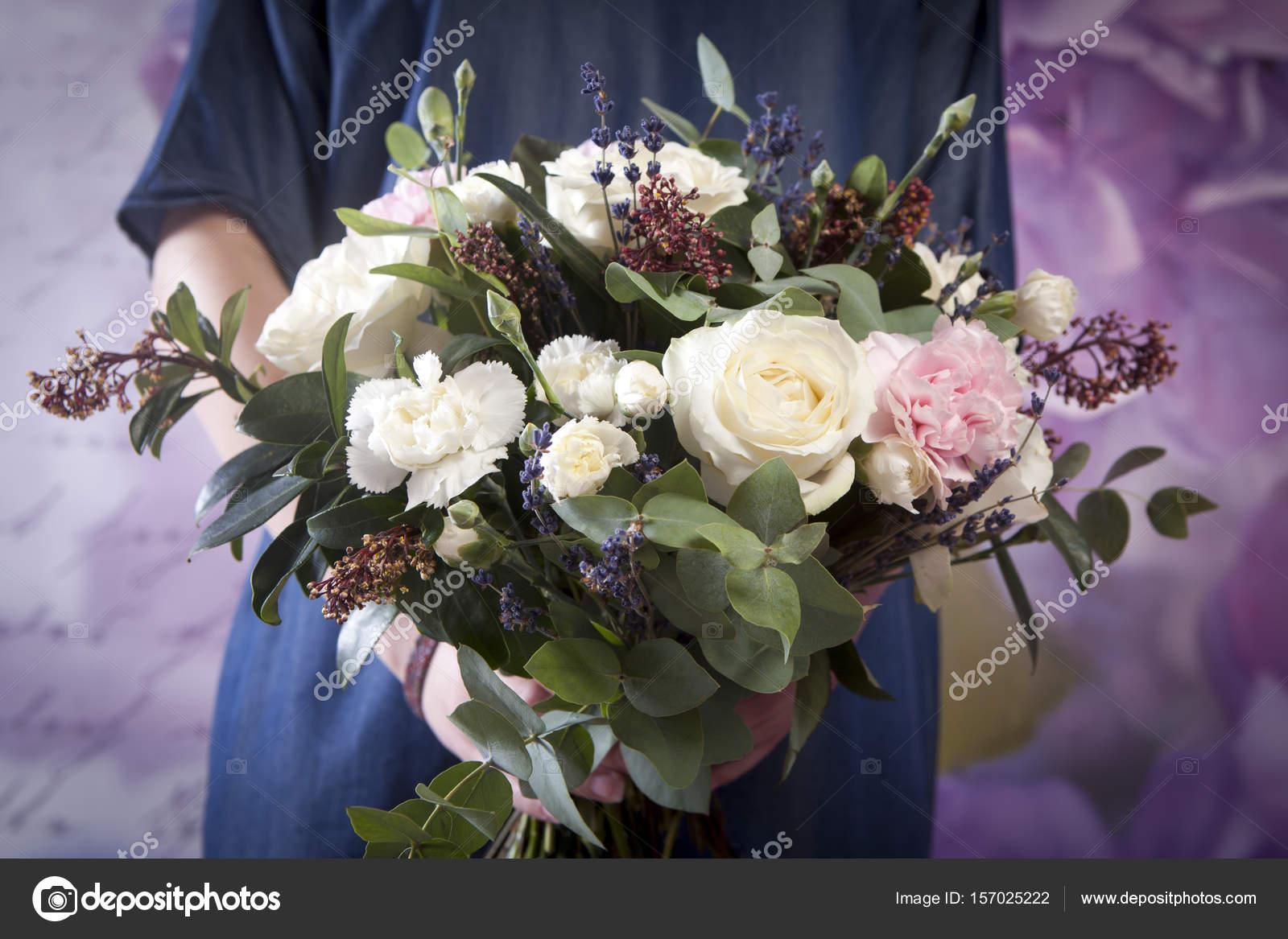 Brautstrauss Der Braut Aus Einer Rose Einer Rosa Nelke Eukalyptus In