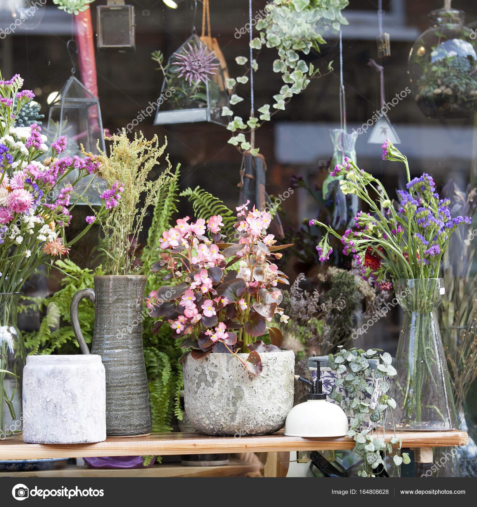 Los Ramos De Flores Secas En Jarrones De Ceramica Begonia En Una - Jarrones-con-flores-secas