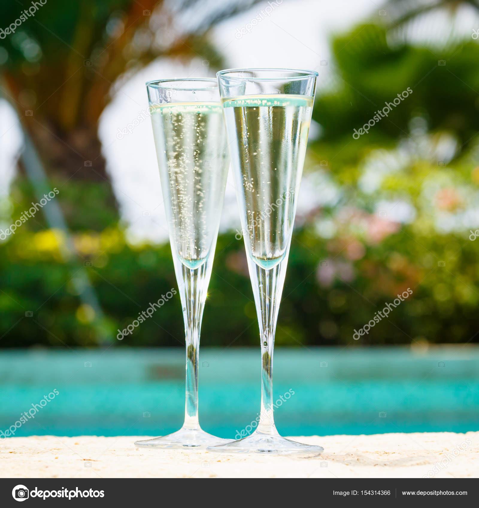 Pool Konzept zwei gläser prosecco am rande des resort pool konzept stockfoto
