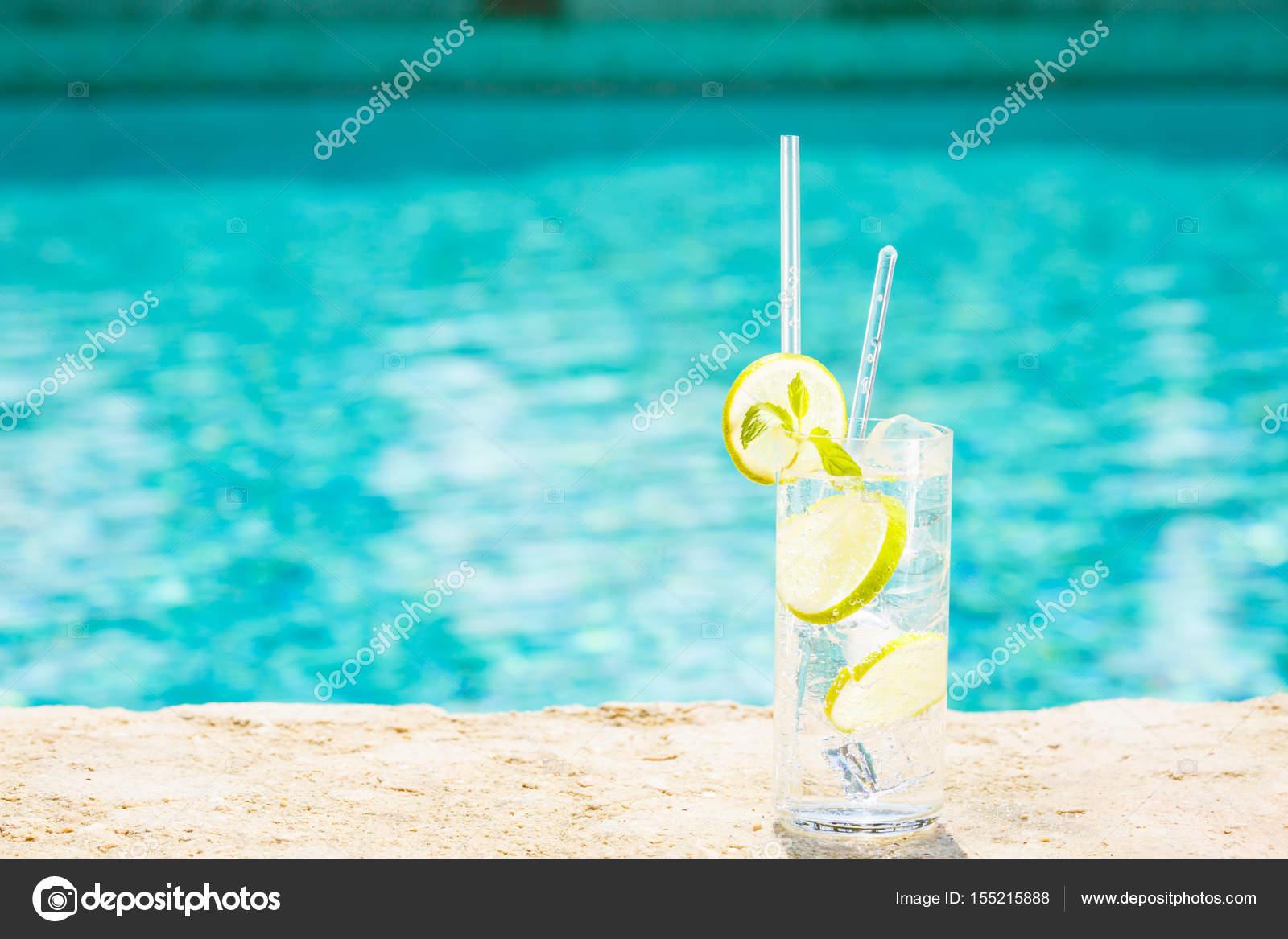 Pool Konzept wasser mit eis am rand des einen resort pool konzept der luxus v