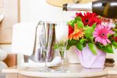 Champagner in Gläser im gehobenen Hotelzimmer gießen. Dating, Romantik, Flitterwochen, Valentinstag, Ausflugskonzepte