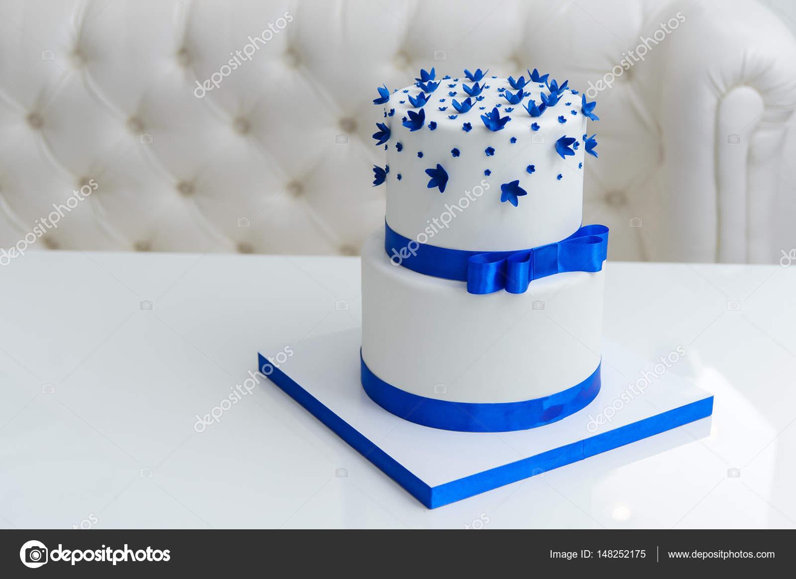 Pasteles De Boda Con Flores: Pastel De Bodas Blanco Con Flores Azules Y Un Arco