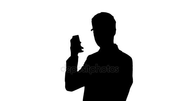 Geschäftsmann Silhouette, zückt sein Smartphone und bekommt gute Nachrichten