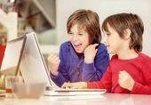 Fotografie Brüder zu Hause im Loft-Stil, Spaß am Laptop, ernst, lachend, total schockiert und lustig