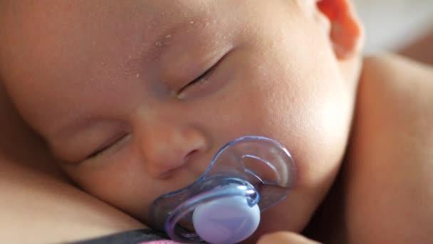 Közelről egy alvó csecsemő felébred, és nyitva a szemét