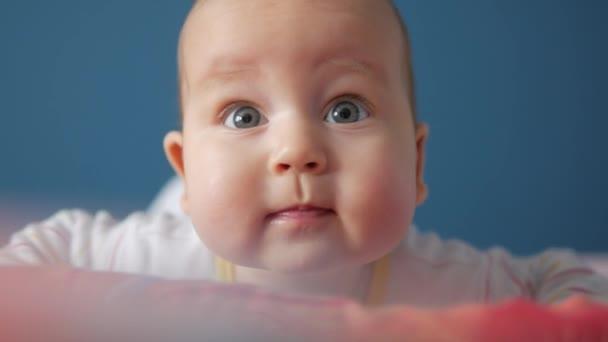 Portrét roztomilé dítě bedlivě sledují za kamerou